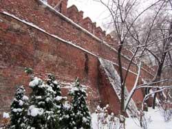 Небольшой сохранившийся участок стены Китай-Города в районе Площади Революции.
