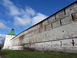 Троице-Сергиева Лавра. Звонковая башня и участок стены.