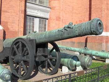 40-фунтовая бронзовая пищаль «Лев», вес ствола 5634 кг, калибр 183 мм, отлита в 1590 г, мастер Андрей Чохов.