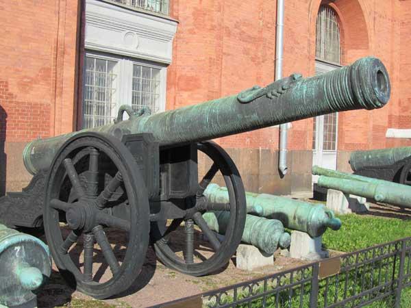 24-фунтовая бронзовая пищаль «Скоропея», вес ствола 3669 кг, калибр 152 мм, отлита в 1590 г, мастер Андрей Чохов.